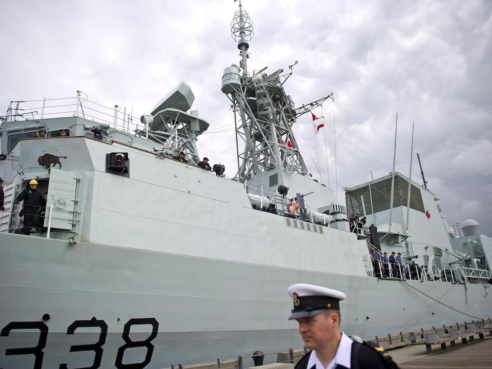 Le NCSM Winnipeg ancré au port.