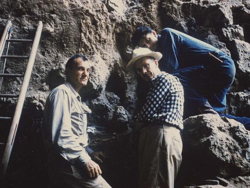 Trois hommes sur un site de fouilles.