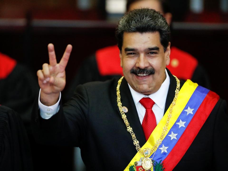 Le président vénézuélien Nicolas Maduro fait le geste de la victoire après avoir reçu la ceinture présidentielle lors de l'investiture solennelle de son deuxième mandat présidentiel.