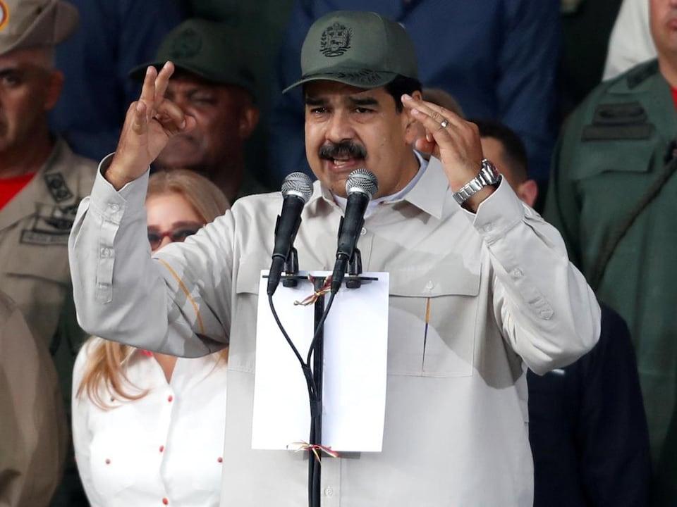 Nicolas Maduro parle devant un micro.