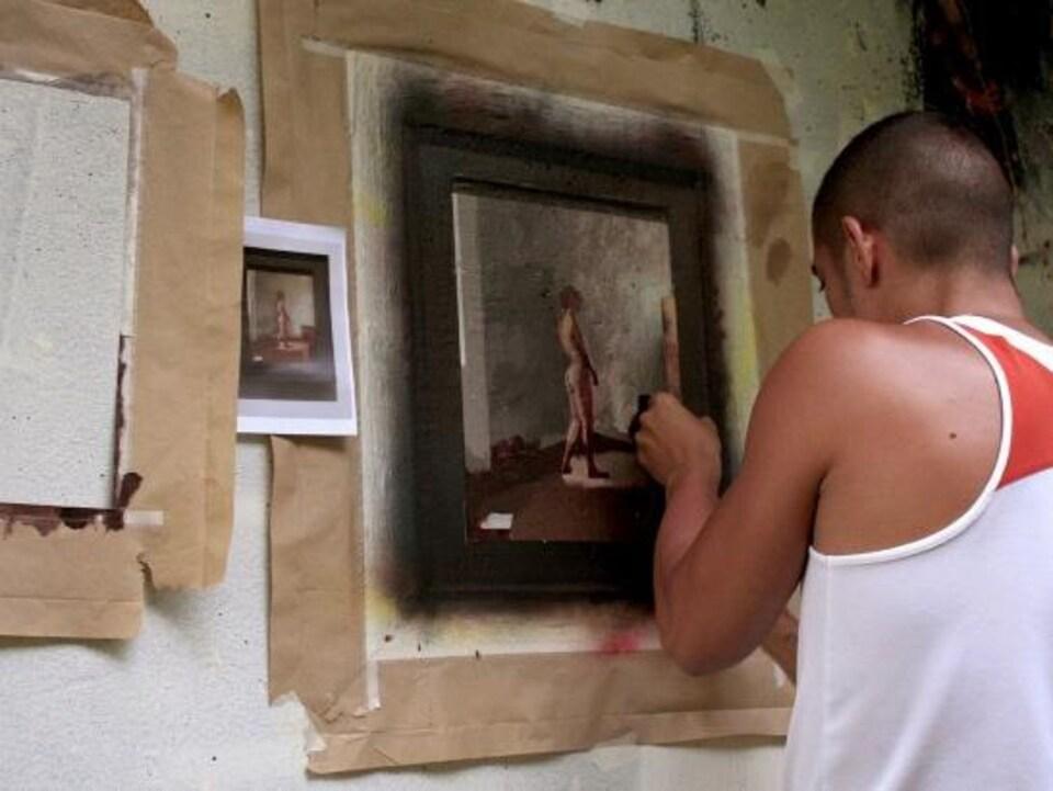 L'artiste Julio Anaya Cabanding au travail.