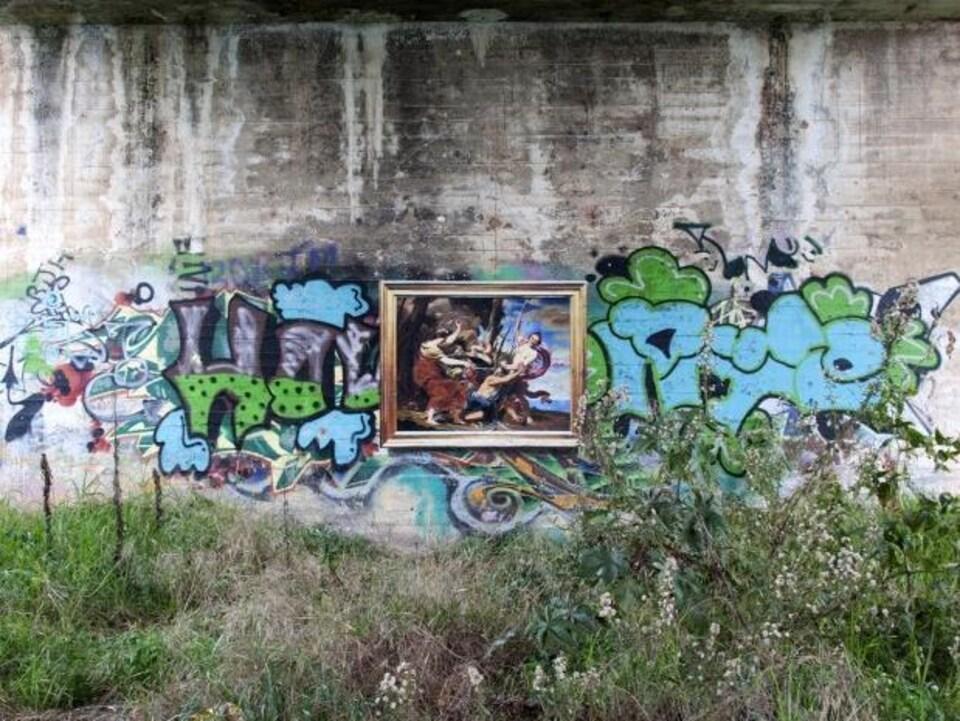 Une oeuvre de Julio Anaya Cabanding sous un pont.