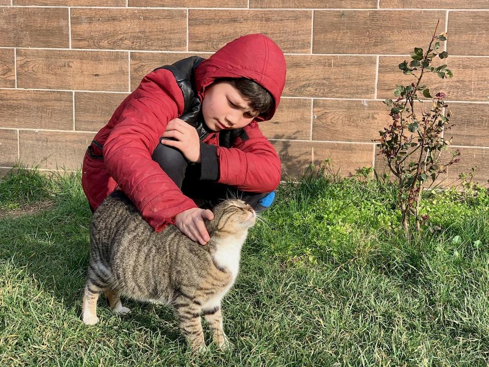 Abdul Malik câline un chat.