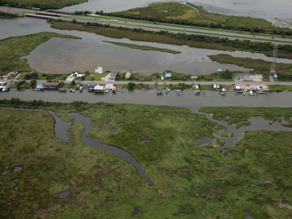 Des maisons entourées d'eau dans un marécage près de La Nouvelle-Orléans.