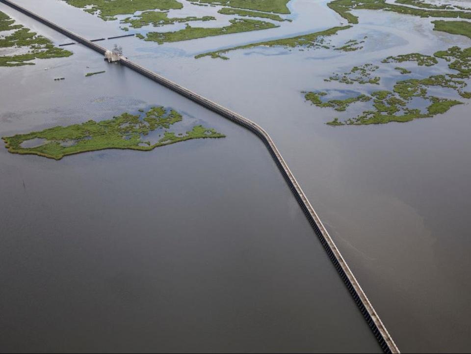 Un long barrage au milieu d'un immense marécage en Louisiane.