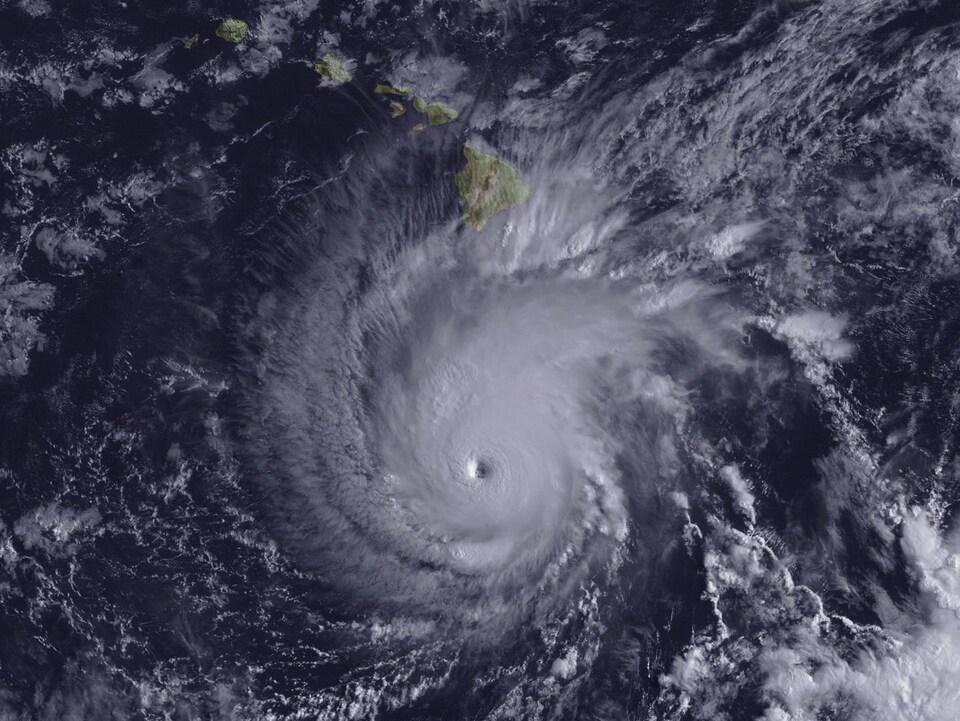 Les images satellites de la NOAA montrent l'ouragan et son œil qui s'approche de l'archipel.