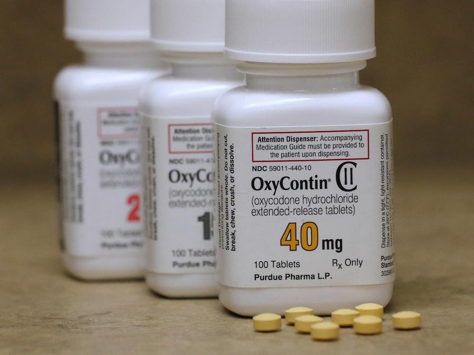 Une bouteille contenant des pilules.