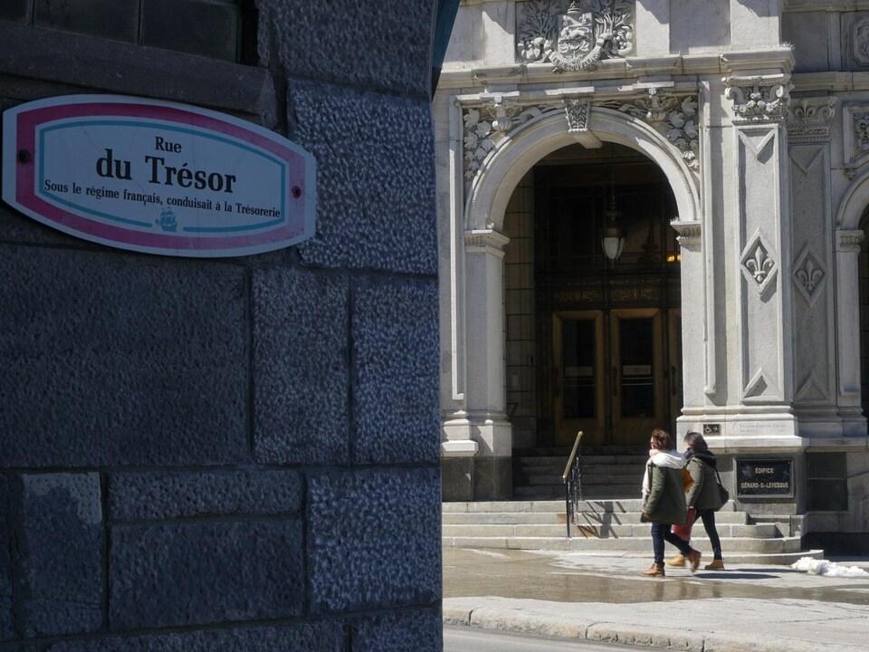 Il est écrit sur le panneau : «Rue du Trésor. Sous le régime français, conduisait à la Trésorerie».