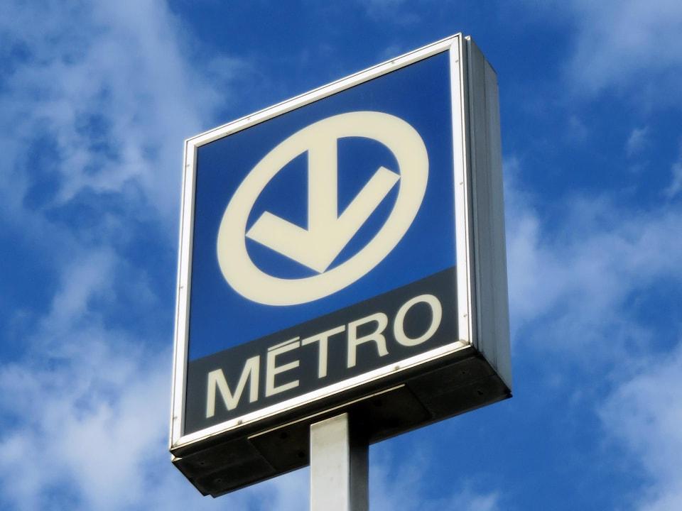 Le logo bleu avec une flèche blanche pointant vers le bas en haut d'un poteau.