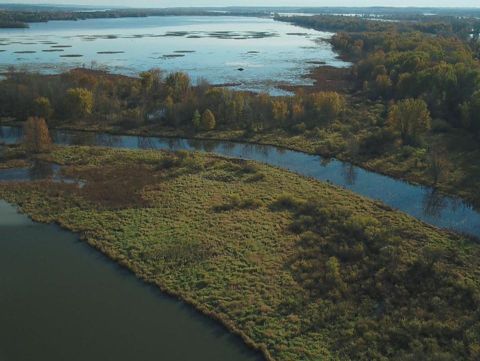 Une vue aérienne du parc et de ses cours d'eau.