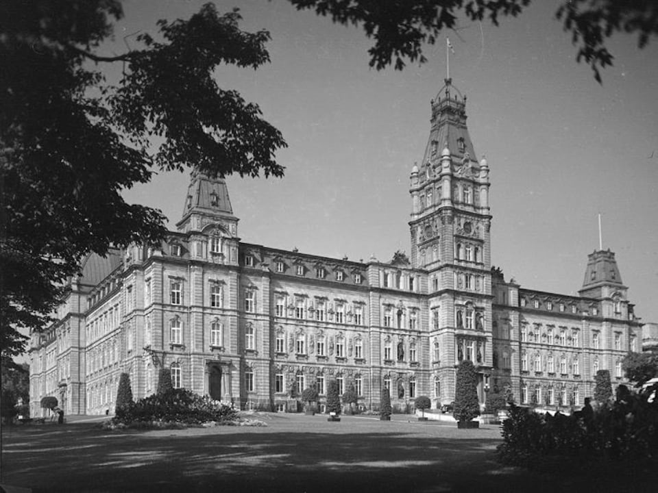 Le parlement en 1946. Le gouvernement provincial a d'abord envisagé de le construire sur le site de l'hôtel de ville, avant de jeter son dévolu sur un terrain plus vaste et plus élevé.