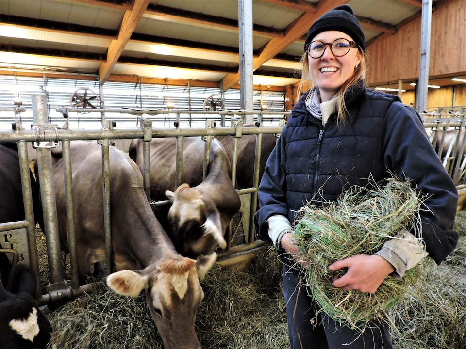 Marie-Pier Gosselin avec ses vaches dans l'étable.