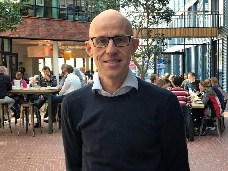 Wim Grootscholten dans un café.