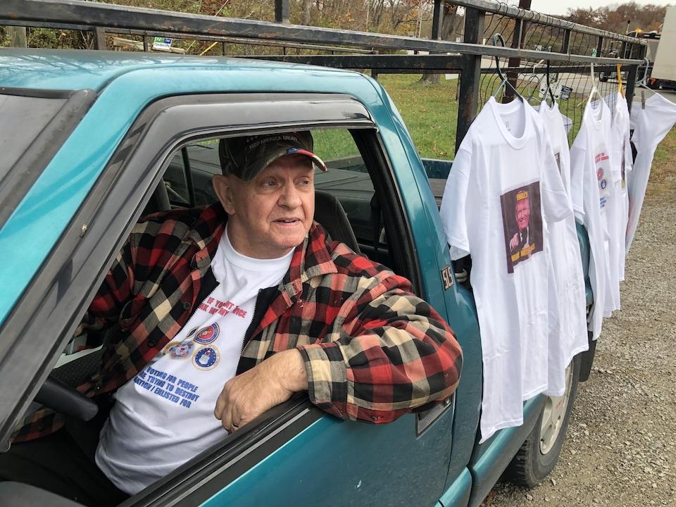 Frank Archambault au volant de sa camionnette.