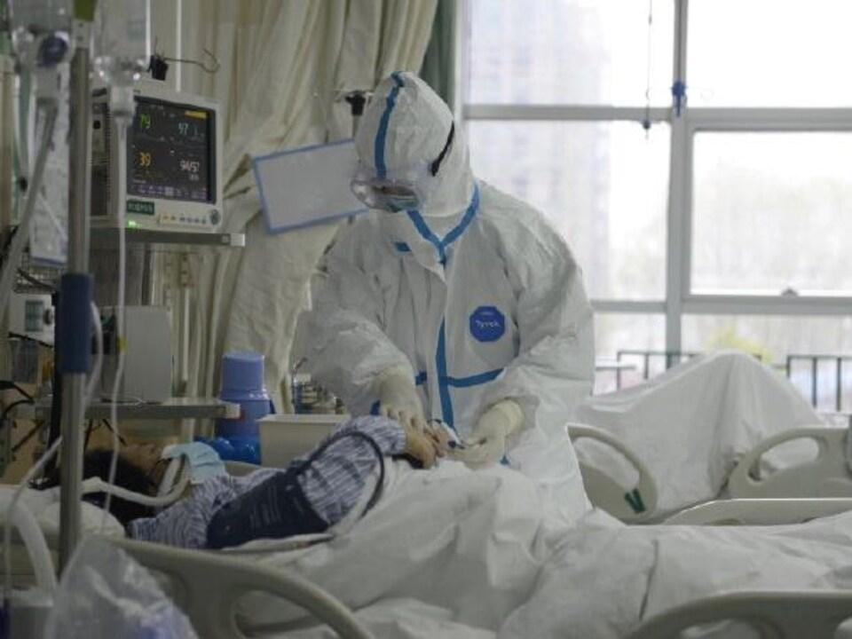 Le personnel médical soigne un patient à l'hôpital de Wuhan le 23 janvier 2020.