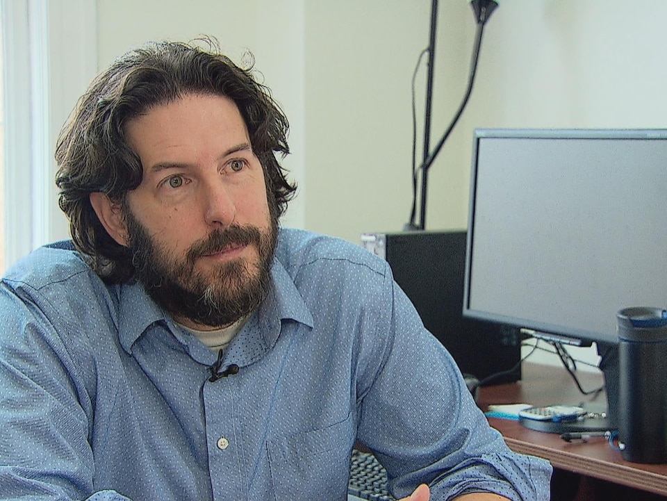 Peter Edelmann assis à son bureau