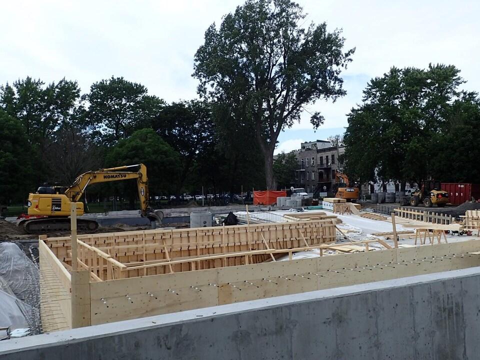 Les travaux de construction progressent sur le chantier.