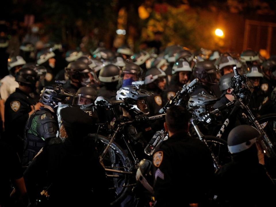 Des policiers sont dans les rues de New York.
