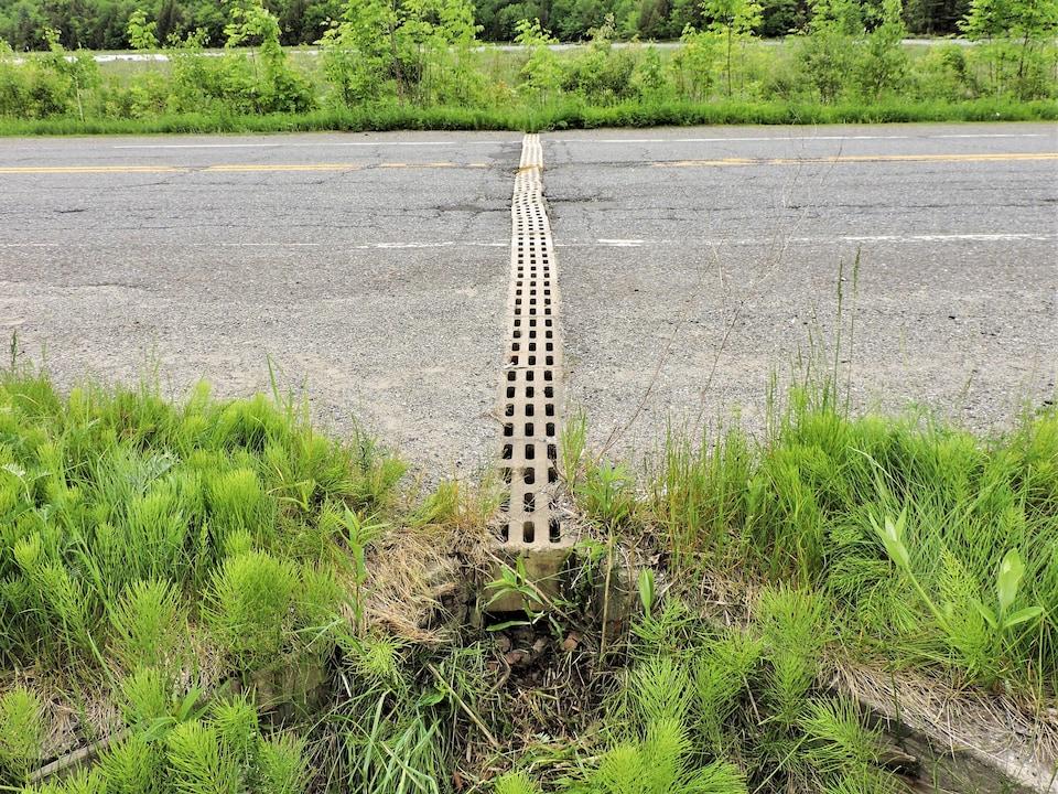 Un ponceau de béton au beau milieu de la route.