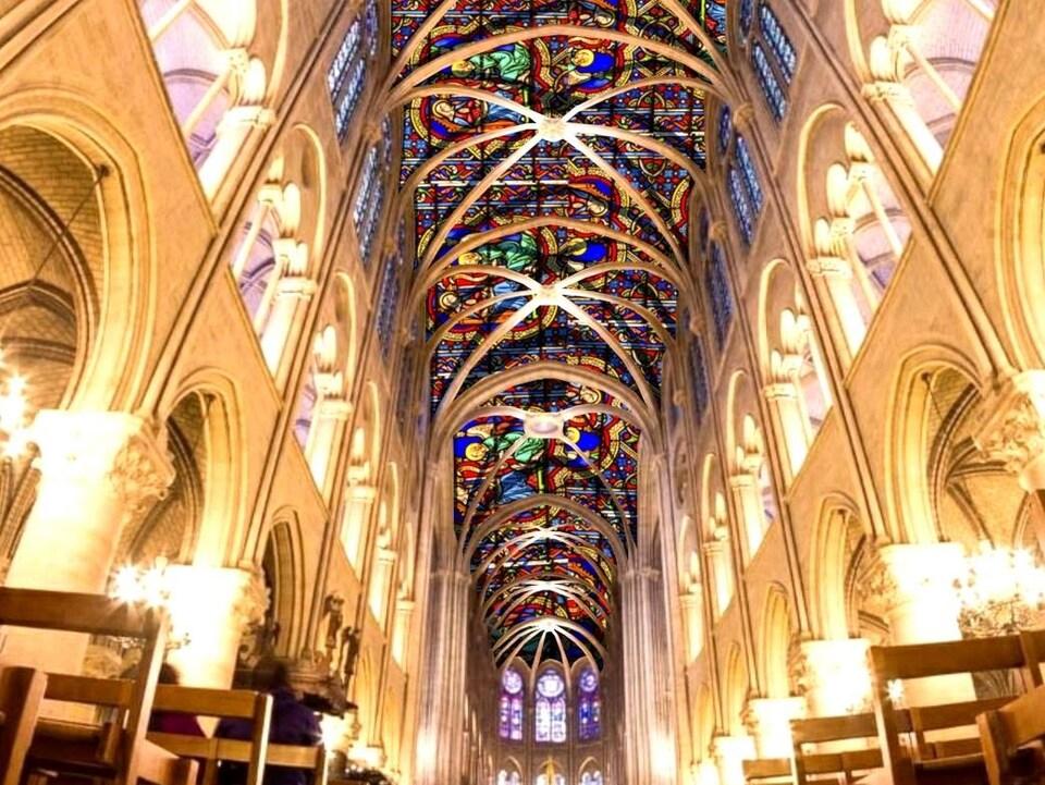 On voit en contre-plongée le toit imaginé au-dessus de la nef de Notre-Dame.