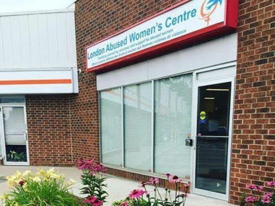 On voit la devanture d'une agence destinées aux femmes violentées de London en Ontario