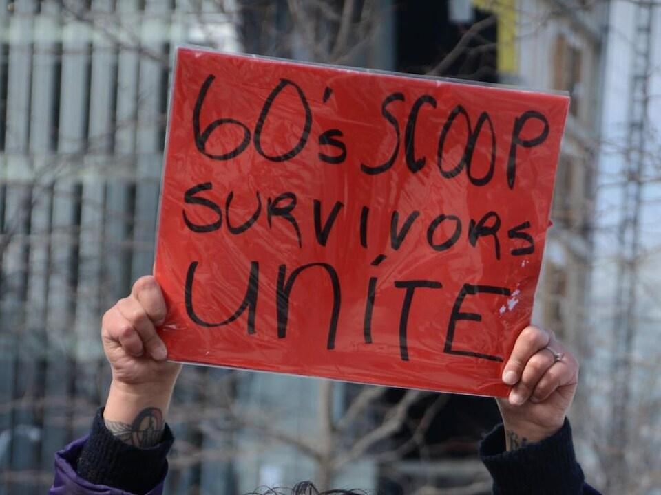 Une poignée de survivants de la rafle des années 60 ont organisé un rassemblement en mars 2018 pour sensibiliser les gens à l'égard du passé colonial du Canada.
