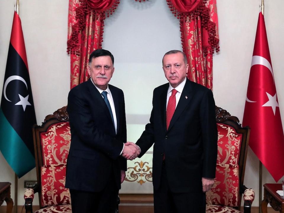 Le premier ministre libyen serre la main du président turc Recep Tayyip Erdogan.