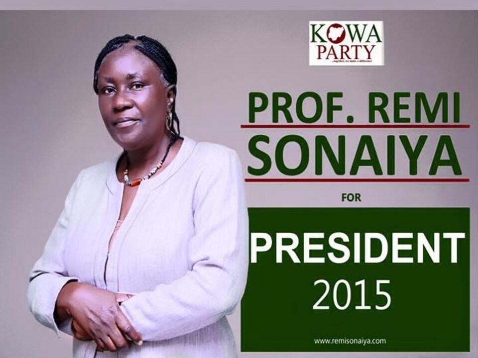 Remi Sonaiya pose sur son affiche de candidature à l'élection présidentielle du Nigéria de 2015.