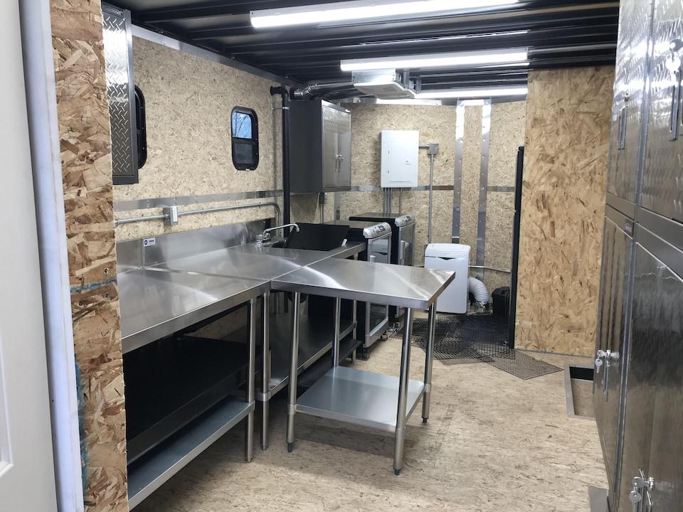 L'intérieur d'une roulotte transformée en cuisine.