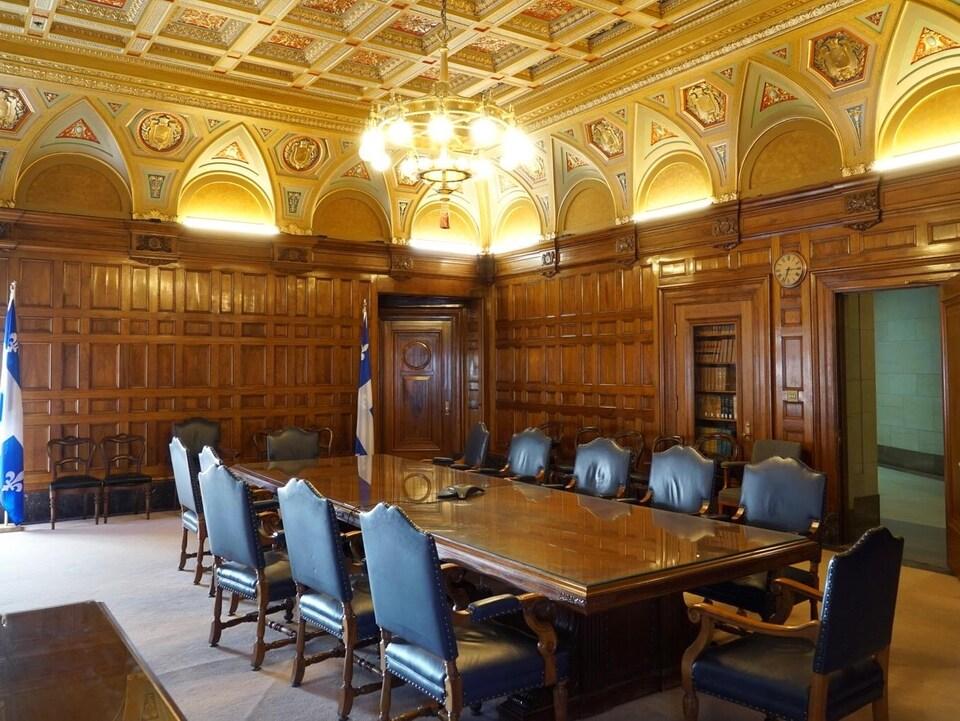 Une grande table de réunion, entourée de chaises.