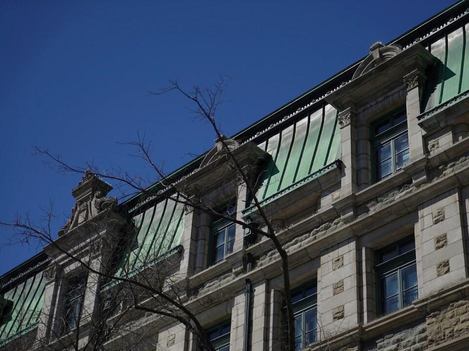 Un mur et une partie du toit en cuivre.