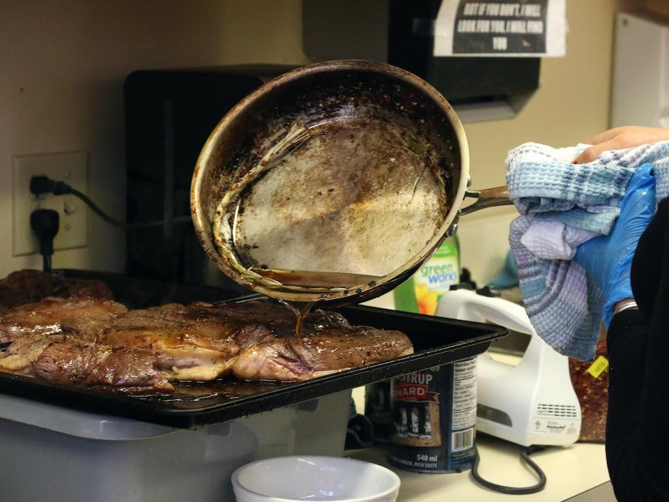 Une cuisinière prépare un plat de canard à l'érable.