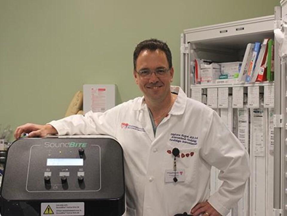 Le Dr Rinfret devant le nouvel outil.