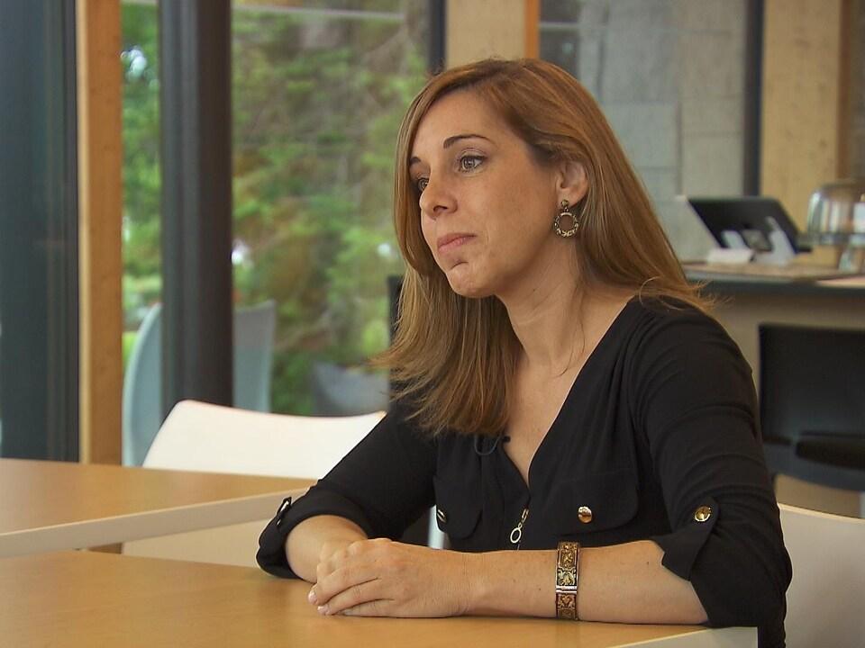 Isabelle Lukawecki assise à un bureau.