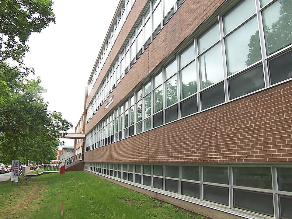 Centre d'éducation des adultes Saint-Pius X est un édifice en briques.