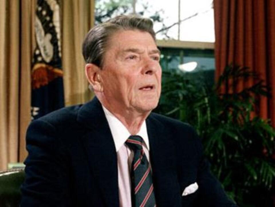 Le président Ronald Reagan parle publiquement du sida pour la première fois le 31 mai 1987.