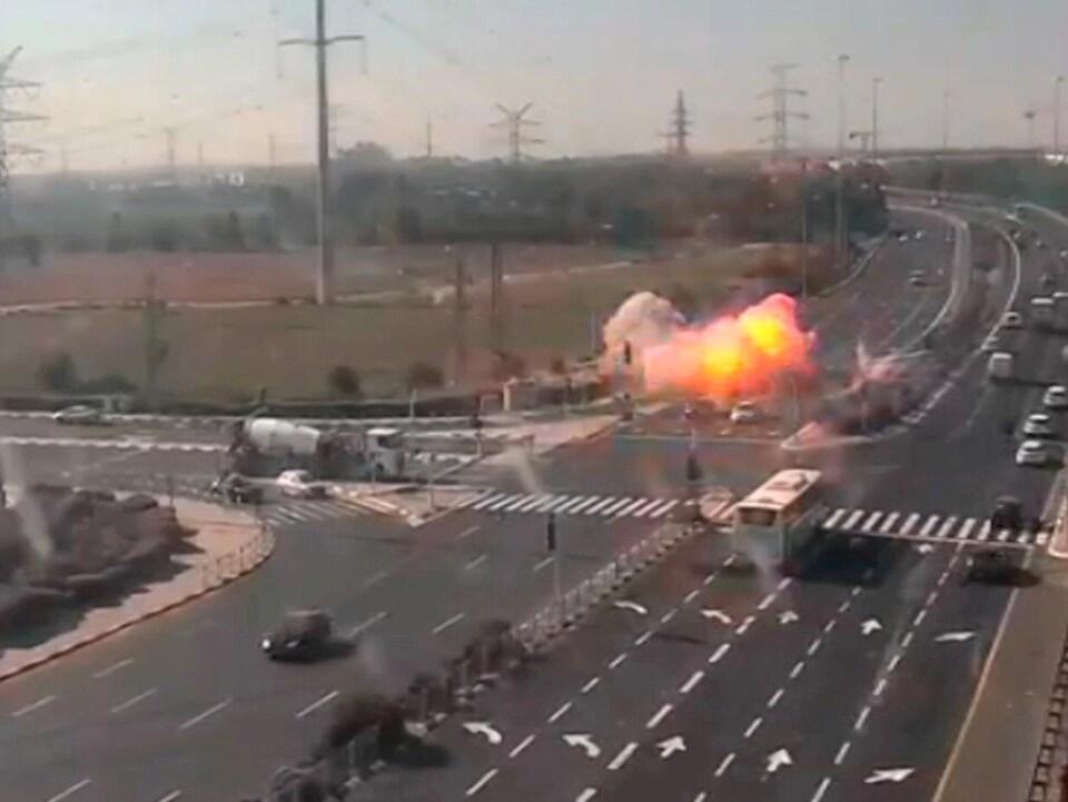 Une boule de feu est visible sur une autoroute où passent des voitures.