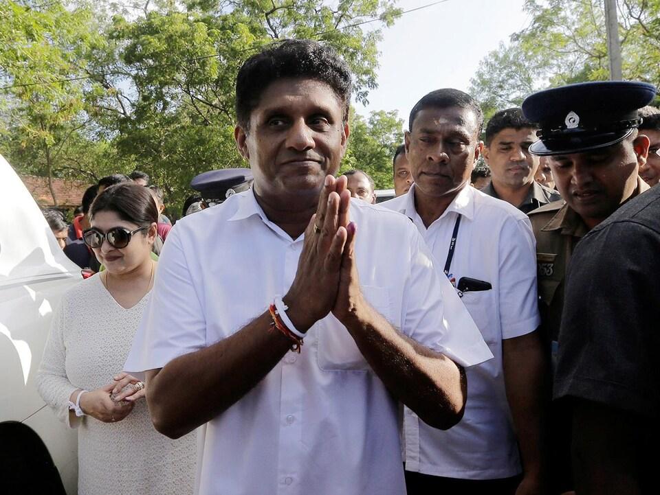 Sajith Premadasa à la sortir du bureau de scrutin.
