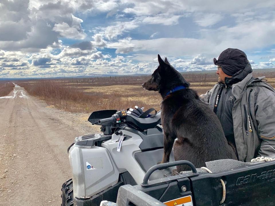 Nils Hakan Enoksson, éleveur de rennes sami, pris en photo ici avec Zorro, son chien de berger, dans une région de pâturage traditionnel de l'Arctique suédois.