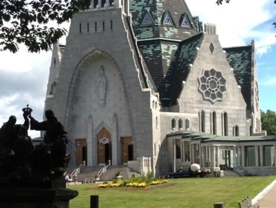 Le sanctuaire Notre-Dame-du-Cap comprend, entre autres, un édifice en pierre grise qui est considéré comme une basilique mineure.