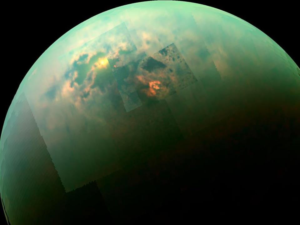 Image mosaïque recomposée captée par Cassini montrant les rayons solaires brillants dans les mers polaires de Titan.
