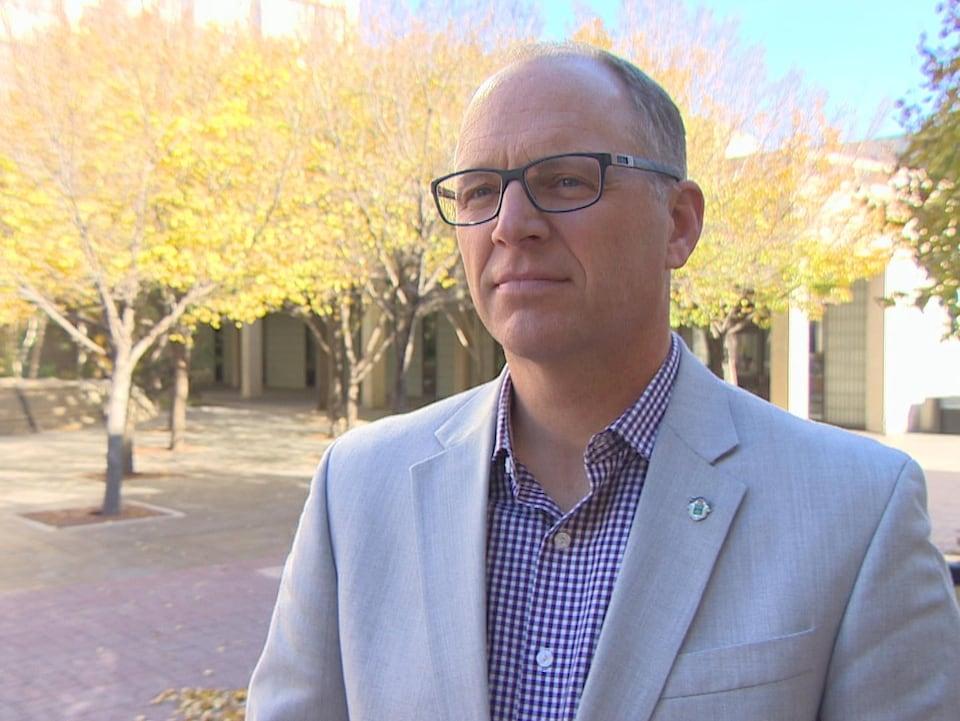 Scott Gillingham, conseiller municipal de Winnipeg, devant des arbres.
