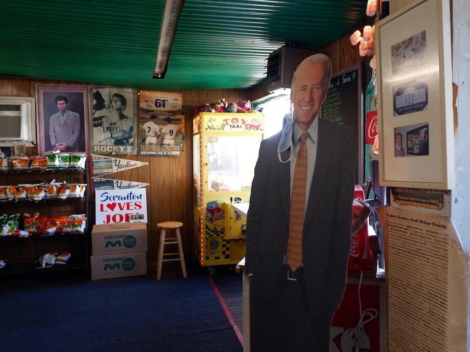 Un panneau à l'effigie de Joe Biden dans un commerce de Scranton que l'ancien vice-président fréquentait quand il était enfant.