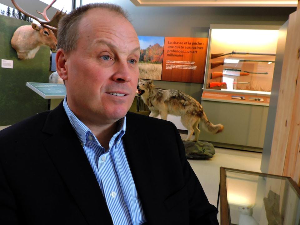On voit le biologiste Serge Larivière en entrevue.