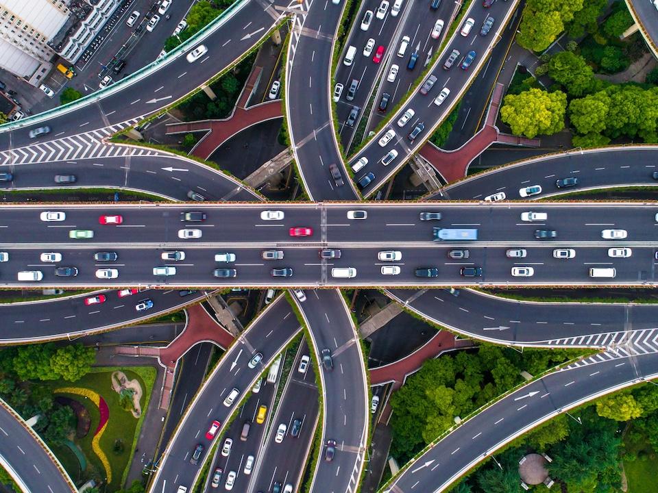 Vue aérienne d'autoroutes dans la ville de Shanghai.