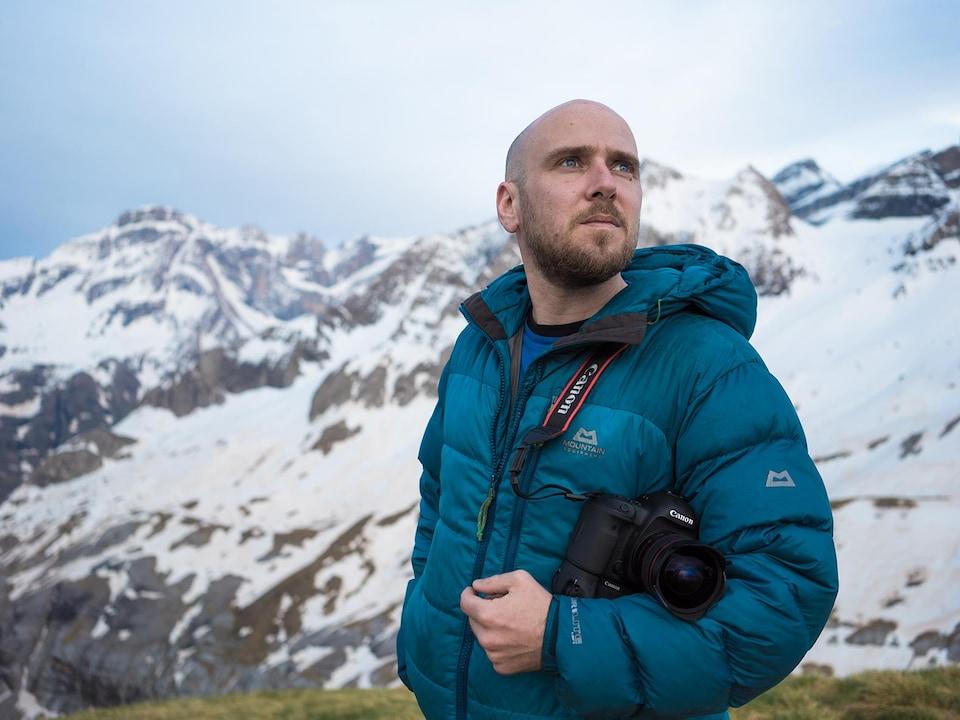 Samuel Challéat devant une montagne.