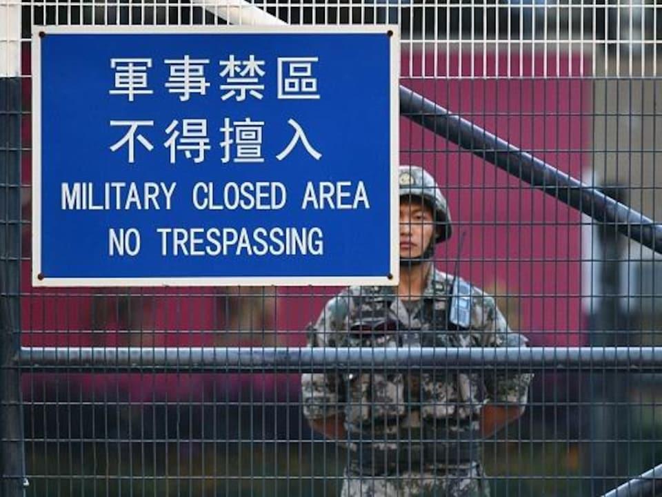 Un soldat chinois en faction à la caserne Osborn à Kowloon Tong à Hong Kong le 16 novembre 2019.