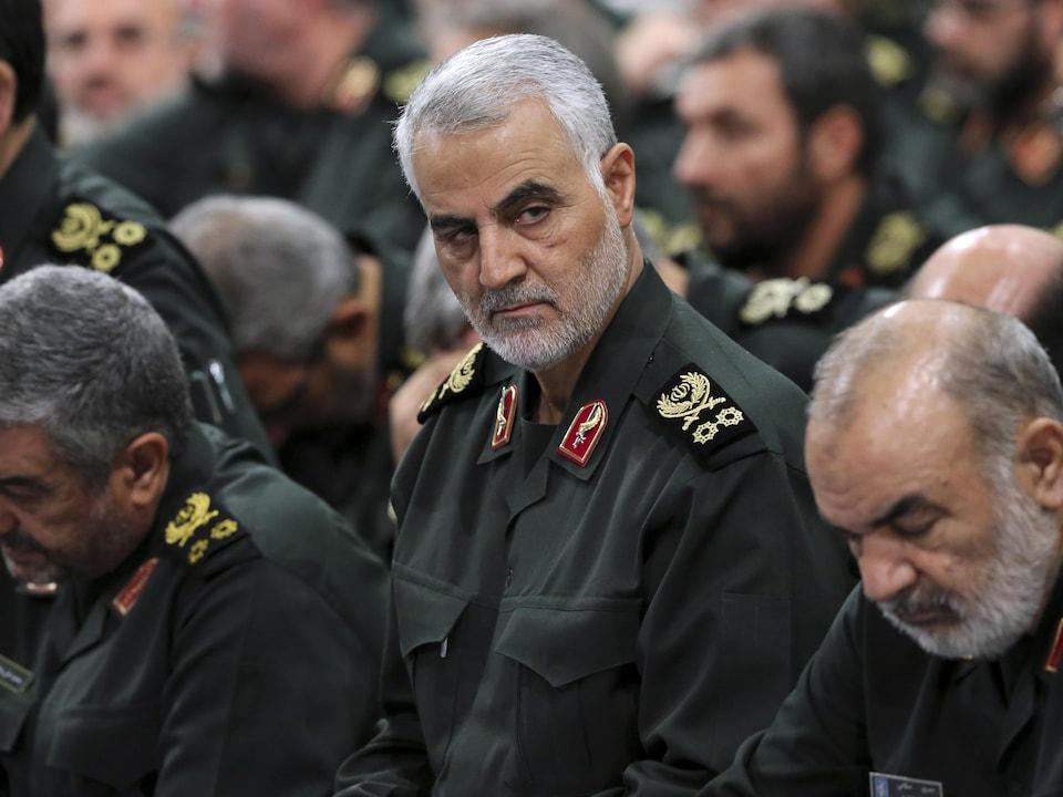Qassem Soleimani parmi d'autres militaires.