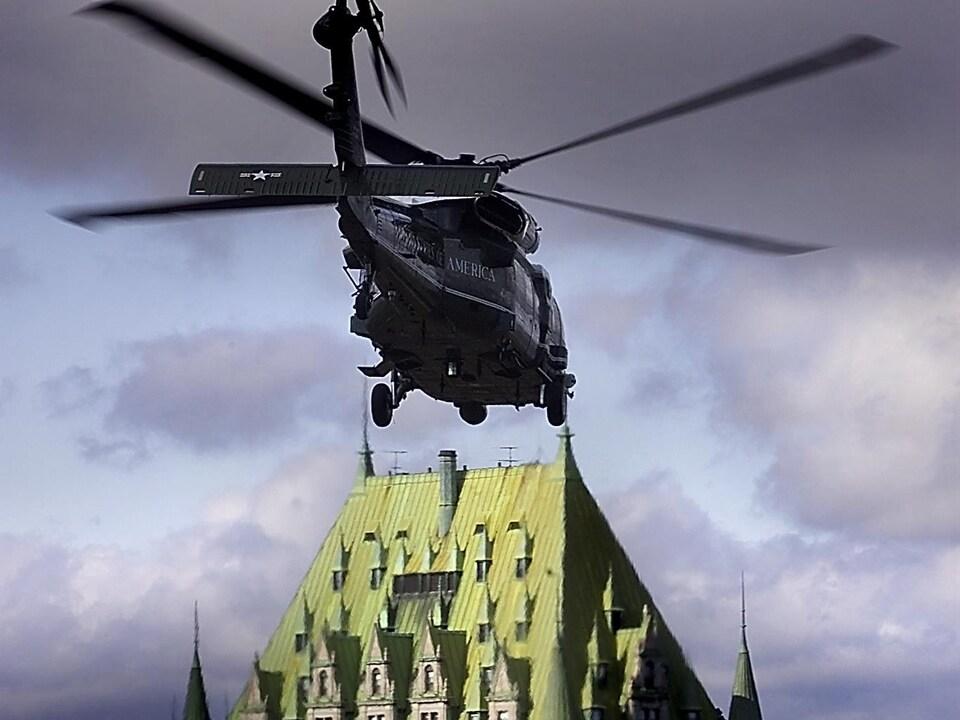 Marine One transporte le président américain Georges W Bush à l'issue du Sommet des Amériques qui se terminait le 22 avril 2001 à Québec.