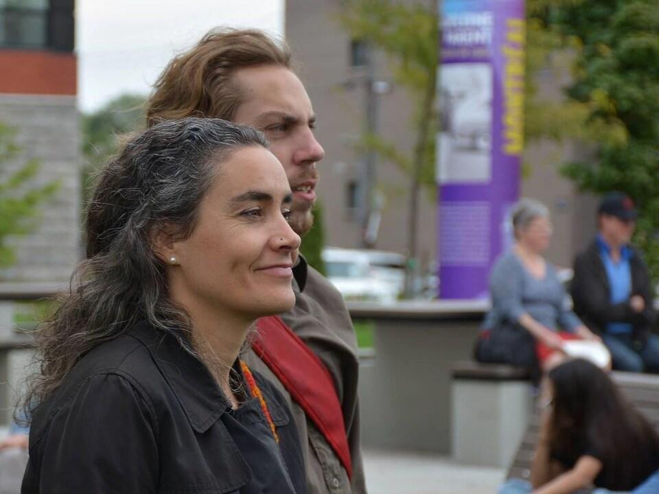 Sophie Thiébaut avec des personnes en arrière-plan